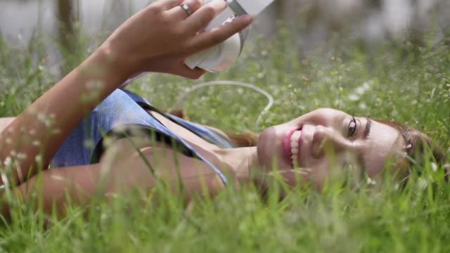 Frau hören Sie Musik auf Ihrem Handy, Blick in die Kamera