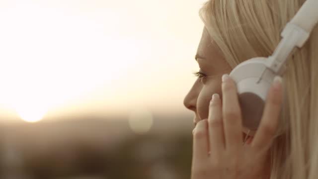 frau hören musik - zuhören stock-videos und b-roll-filmmaterial