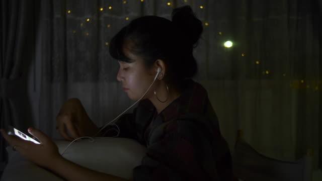 kvinna lyssnar musik - lyssna bildbanksvideor och videomaterial från bakom kulisserna