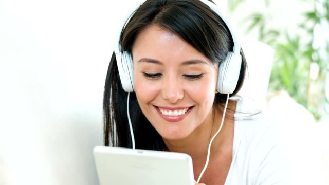 Donna ascoltando la musica a casa