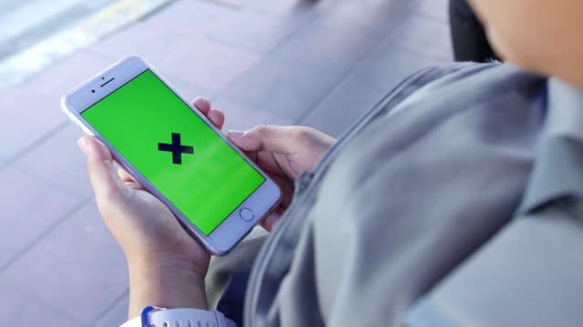 Frau suchen Greenscreen auf Smartphone
