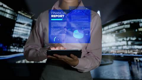 vídeos y material grabado en eventos de stock de mujer mirando una tableta e imágenes holográficas de informes financieros e información de bolsa que aparecen frente a su - holograma
