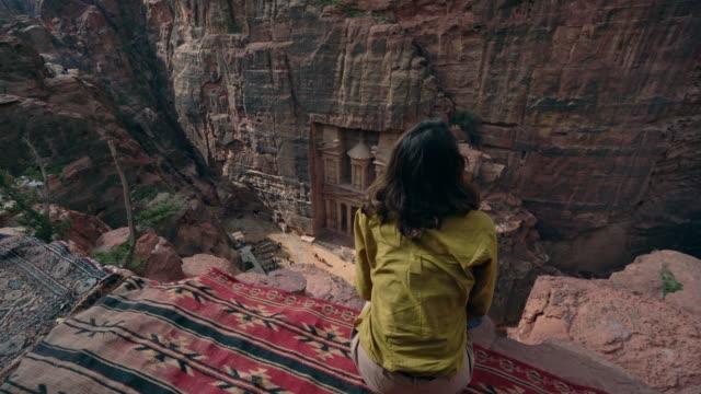 frau al-khazneh in petra betrachten - antike kultur stock-videos und b-roll-filmmaterial