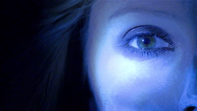 vídeos y material grabado en eventos de stock de ecu woman looking at camera under flashing blue light - sombreador de ojos