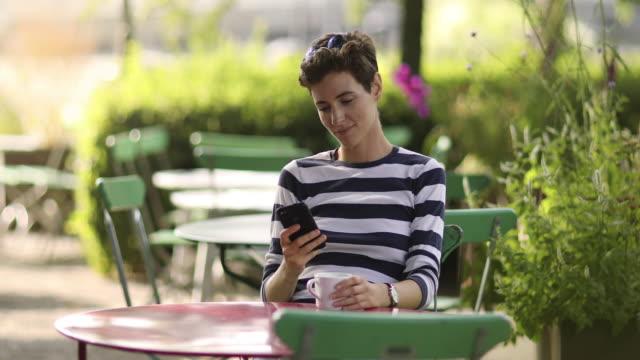Vrouw kijken naar haar telefoon