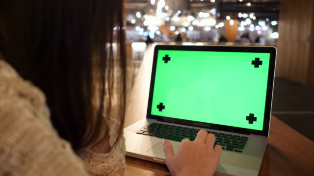 frau betrachten laptop mit greenscreen - chroma key stock-videos und b-roll-filmmaterial
