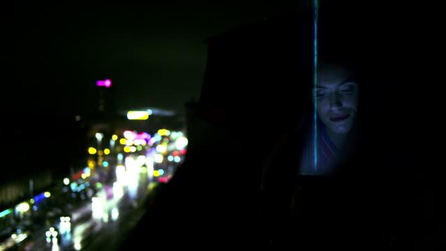 Frau, die ein Handy. Globales Netzwerk