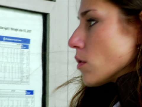 vídeos de stock, filmes e b-roll de cu, pan, woman looking at railroad information board, chappaqua, new york state, usa - só uma mulher de idade mediana