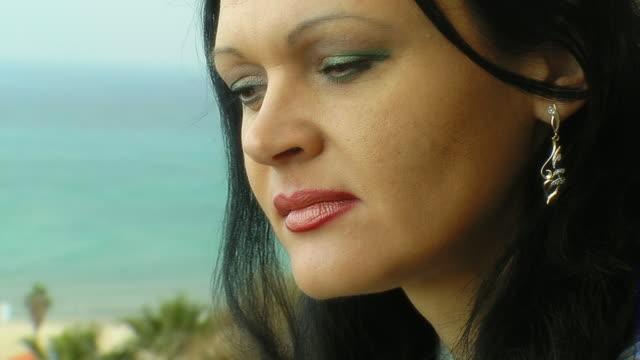 女性は海である - 中年の女性一人点の映像素材/bロール