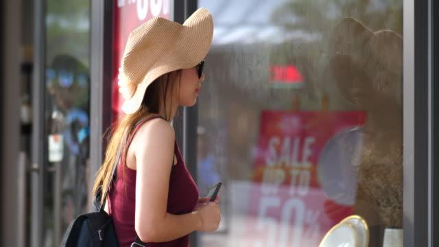frau schaut auf einkaufszentrum - freitag stock-videos und b-roll-filmmaterial