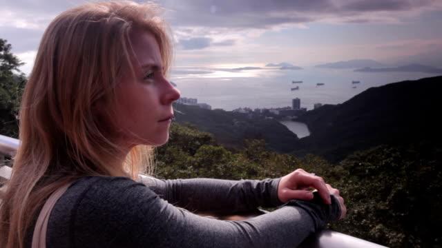 frau, die ein blick in hong kong - berg victoria peak stock-videos und b-roll-filmmaterial