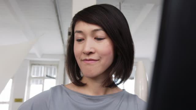 vídeos y material grabado en eventos de stock de mujer que mira ocupada trabajando en la oficina de inicio - mirar hacia abajo