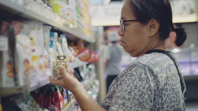 vidéos et rushes de femme recherchant un apéritif - étiquette