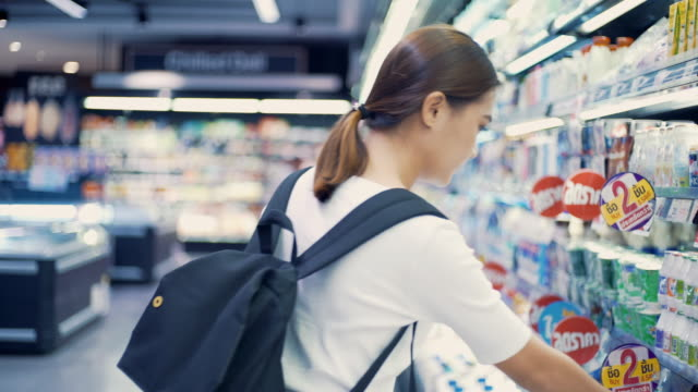 スーパー マーケットで探している女性