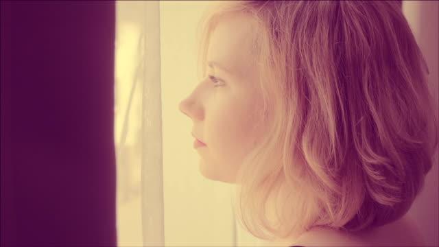 Una donna guardando fuori di una finestra