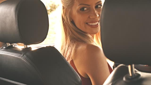 Frau auf der Suche über die Schulter in Auto