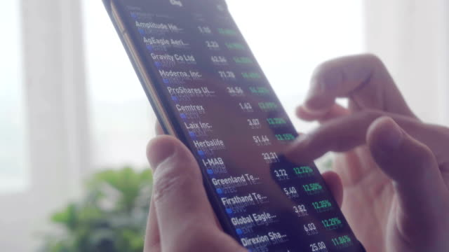 vídeos de stock, filmes e b-roll de mulher olhando mercado de ações dados na tela - casa de câmbio