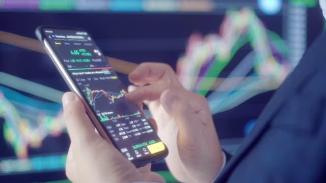 vidéos et rushes de femme regardant des données de marché boursier sur l'écran - wall street