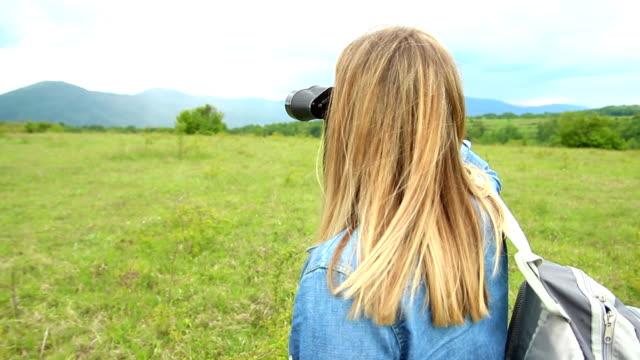 Vrouw op zoek maar verrekijkers op de berg