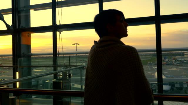 Frau Blick durchs Fenster im Flughafen