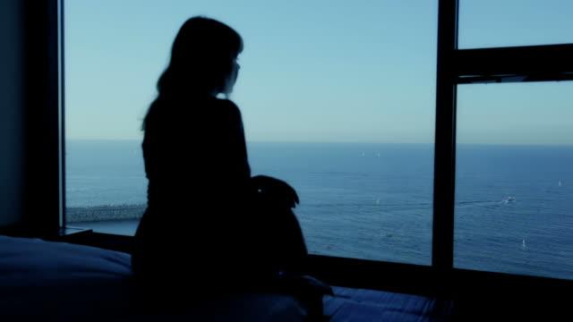 女性は海の夜明け - ペントハウス点の映像素材/bロール