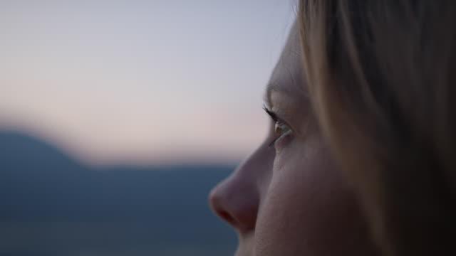 vidéos et rushes de la femme regarde dehors à la vue - pier