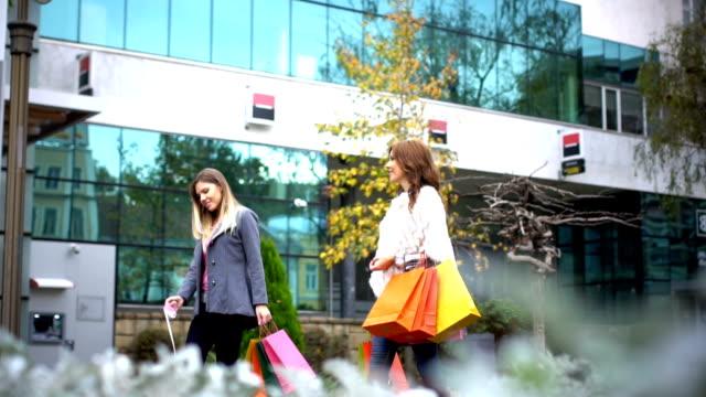 vídeos de stock, filmes e b-roll de mulheres adoram fazer compras - bolsa objeto manufaturado