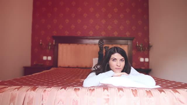 Femme allongée sur le lit.