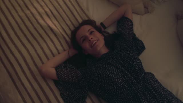 vídeos de stock e filmes b-roll de woman lying on bed - chipping norton england