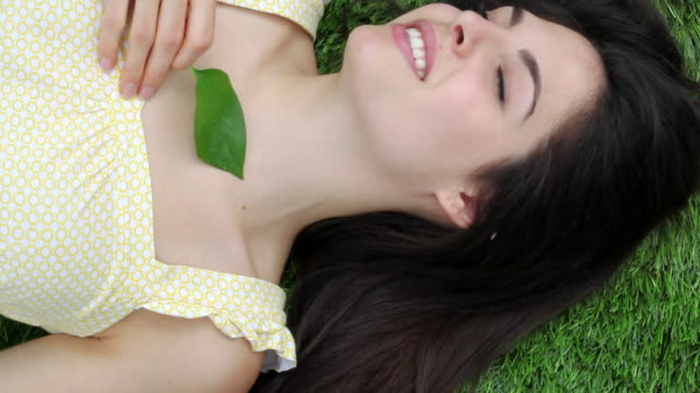 vidéos et rushes de mu tu woman lying on grass / jersey city, new jersey, united states - cheveux raides