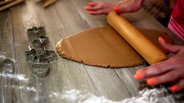 Vrouw maken gember brood voor Kerstmis. Natuurlijke kleuren. Echte leven
