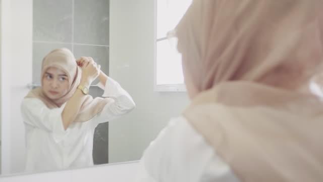 frau schmink vor dem spiegel im badezimmer. - naher und mittlerer osten stock-videos und b-roll-filmmaterial