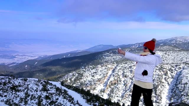 vrouw maakt selfie op de top van de berg in de geweldige winter ambient