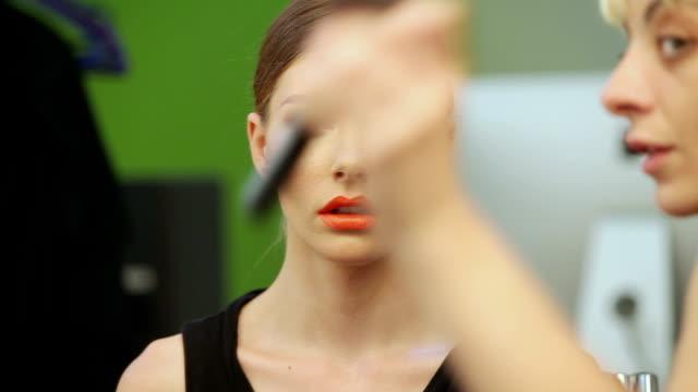 vidéos et rushes de femme de maquillage - pinceau à blush