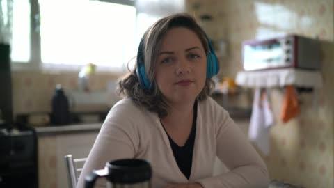自宅でビデオ通話をする女性 - カメラの視点 - webcam点の映像素材/bロール