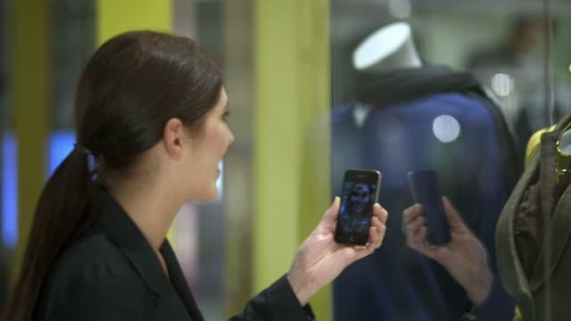 HD: Femme faisant un appel vidéo pour montrer la tenue