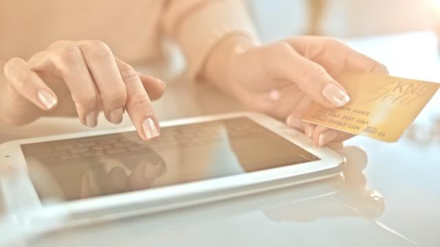 SLO MO Frau, die eine online-Kauf per Kreditkarte