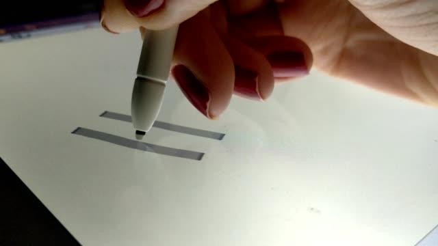 frau, berechnungen auf die elektronische tablet mit einem touch-pen - menschliche gliedmaßen stock-videos und b-roll-filmmaterial