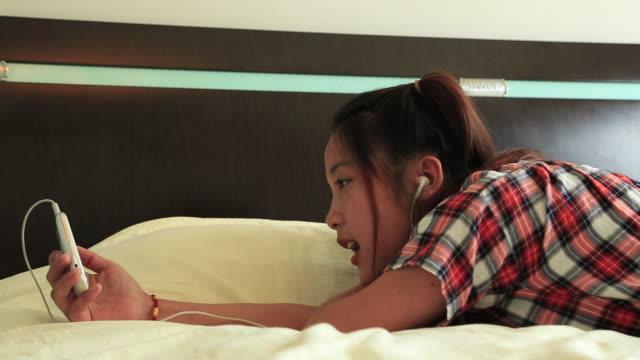 vídeos y material grabado en eventos de stock de woman making chinese tea in the room - sólo una adolescente