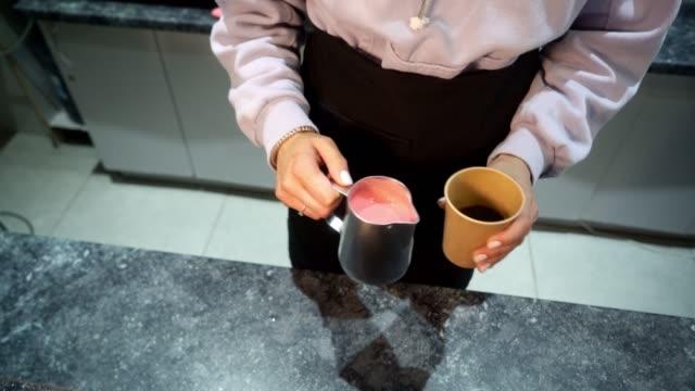 kvinna som gör kakao i kaféet - cup bildbanksvideor och videomaterial från bakom kulisserna