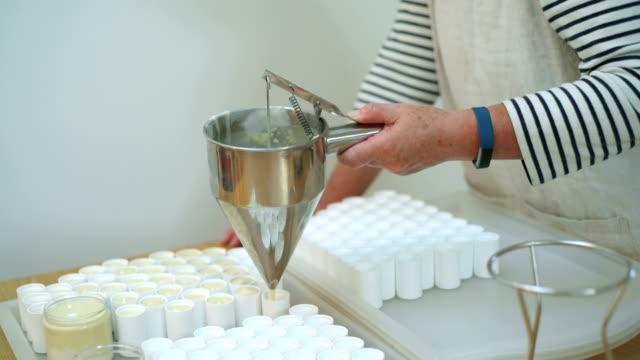 woman making cosmetic product - ワーキングシニア点の映像素材/bロール