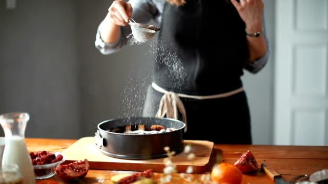 frau, köstliche kuchen - zutaten stock-videos und b-roll-filmmaterial