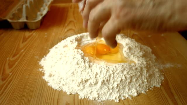 Donna facendo Impasto per il pane.