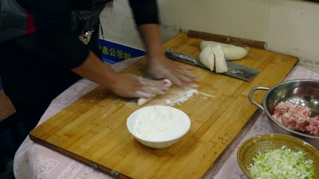 vídeos y material grabado en eventos de stock de a woman making dumpling skin - esmalte de uñas rojo