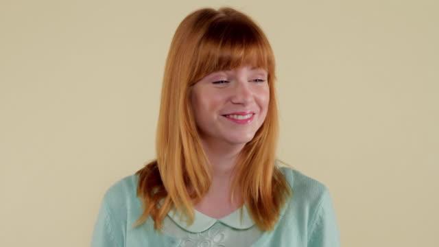 vídeos de stock, filmes e b-roll de mcs woman making facial expressions  - cabelo de comprimento médio