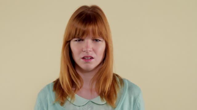 stockvideo's en b-roll-footage met mcs woman making facial expressions  - middellang haar