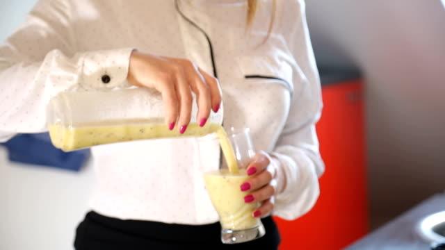 Vrouw gezond fruit smoothies maken in haar keuken