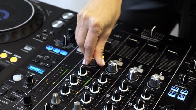 vídeos de stock e filmes b-roll de woman making music at home - dj