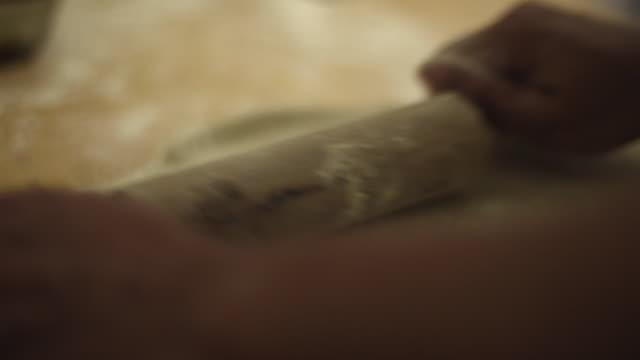 vídeos de stock, filmes e b-roll de woman making pan de jamón - venezuelan traditional bread - rolo de pastel