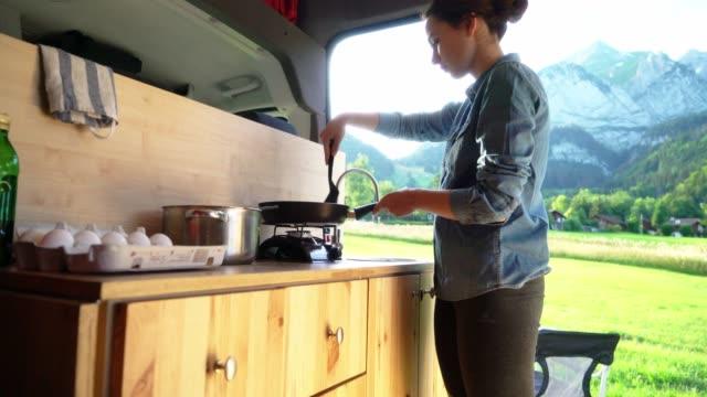 vidéos et rushes de femme faisant des crêpes dans le fourgon - ensoleillé